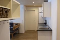 Eingangsbereich mit Küchenzeile und offenem Essbereich