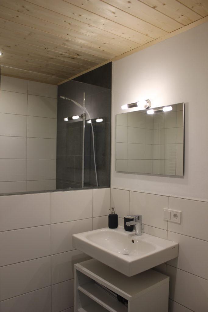 Waschtisch mit Spiegel und Dusche